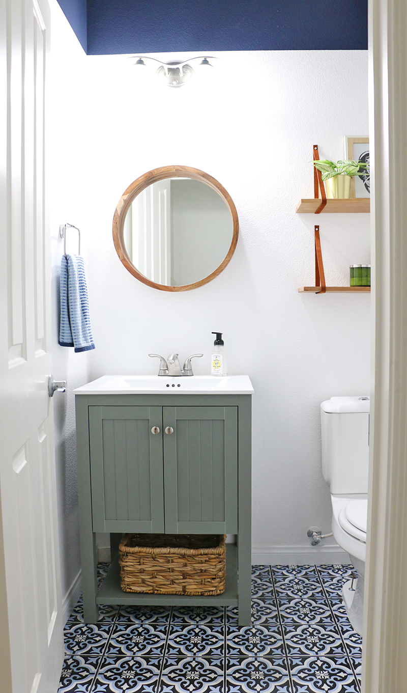powder room update - how to paint perfect paint lines